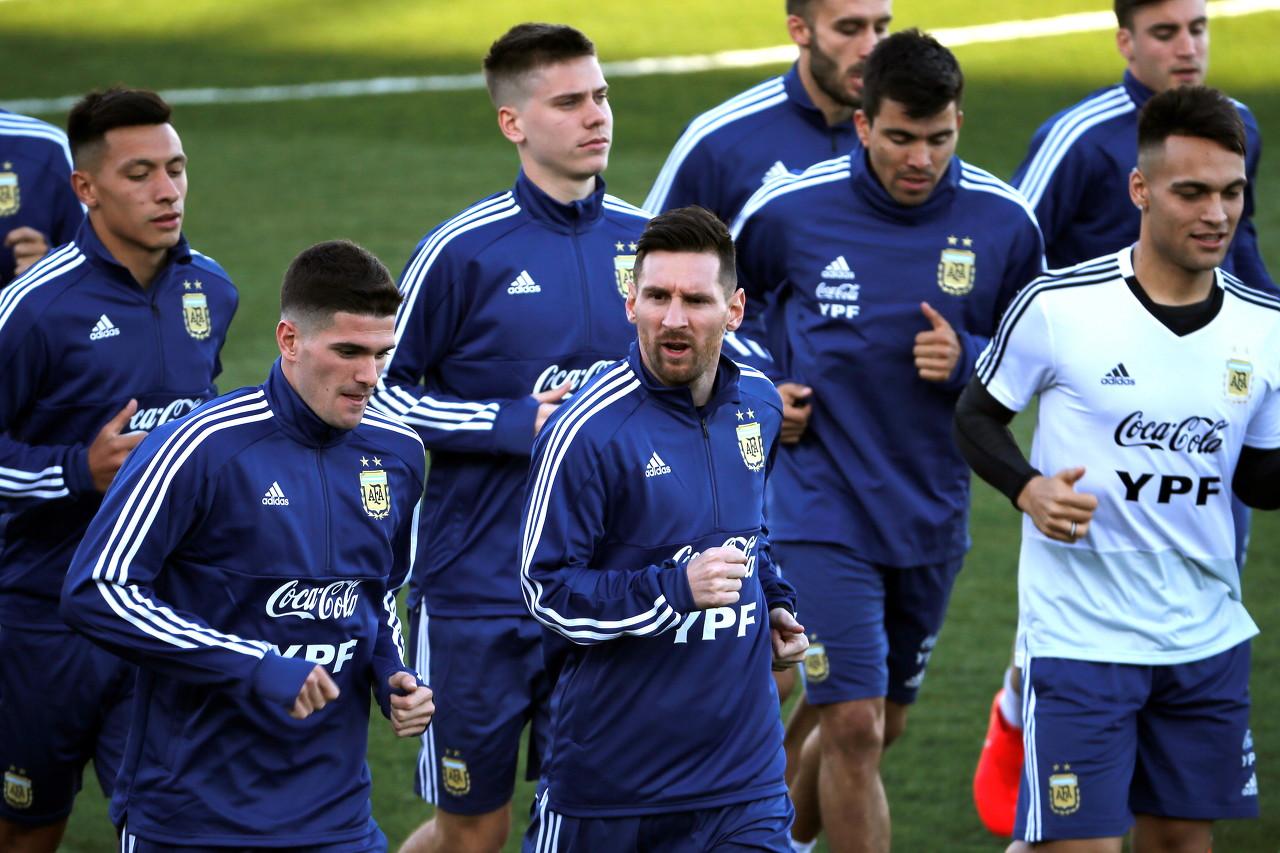 阿根廷主帅:对一些年轻球员来说,与梅西同场竞技压力太大