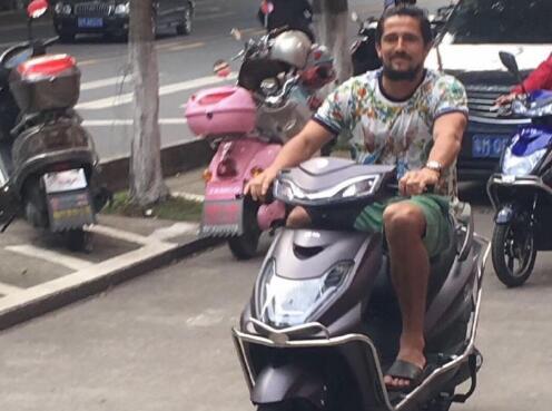 阿洛伊西奥梅县骑电驴:我会遵守这里的交通规则