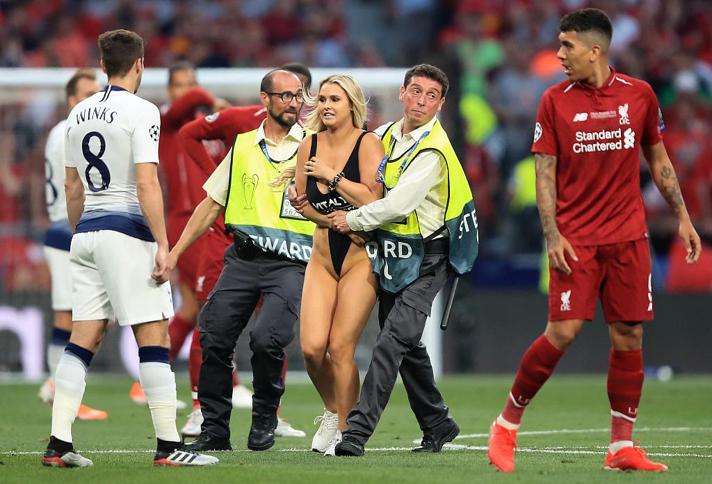 这是啥意思?欧冠决赛闯场女模特获赠荣誉门票