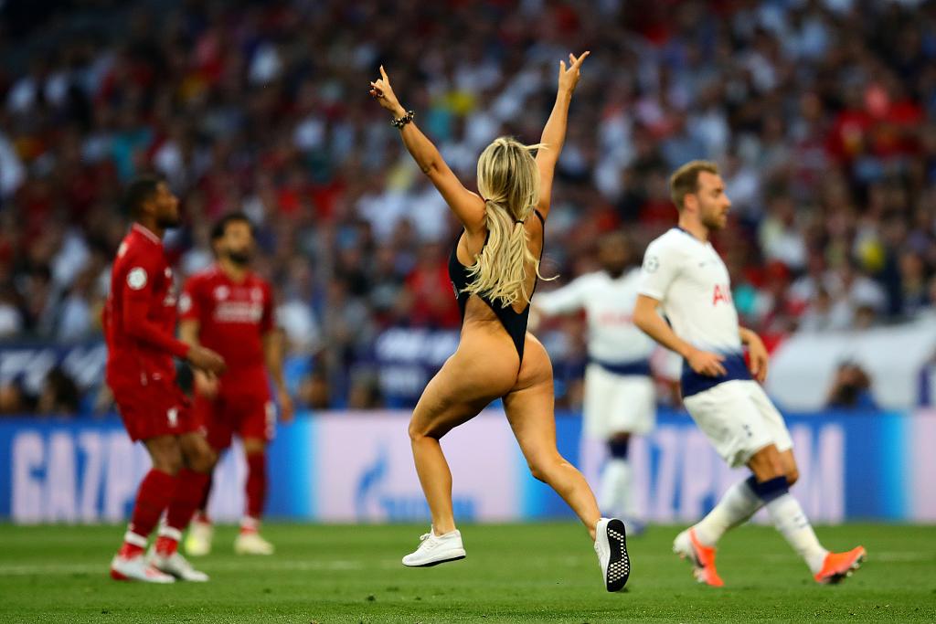 欧冠决赛乱入女球迷:计划做更多裸奔,快感十足