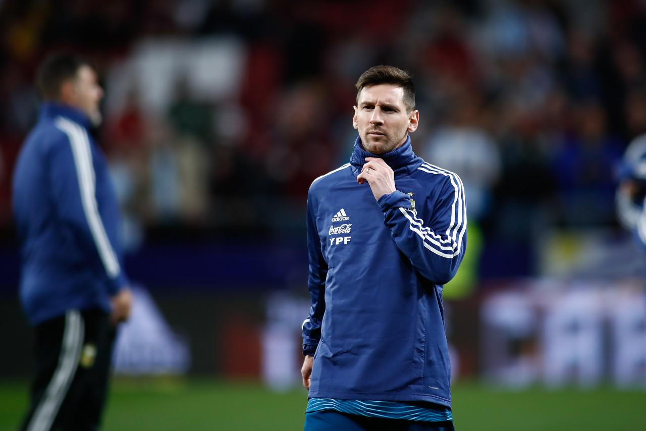 奥莱报:球迷在机场鼓励阿根廷球员,梅西向球迷致意