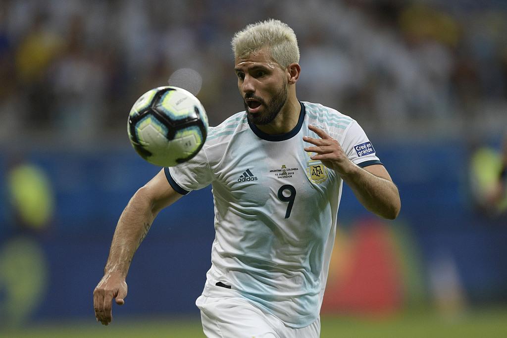 阿圭罗:巴西打进第二球前,我被阿尔维斯绊倒了