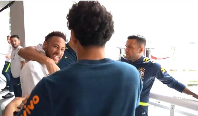 世体:探班巴西国家队,内马尔为队友们鼓劲
