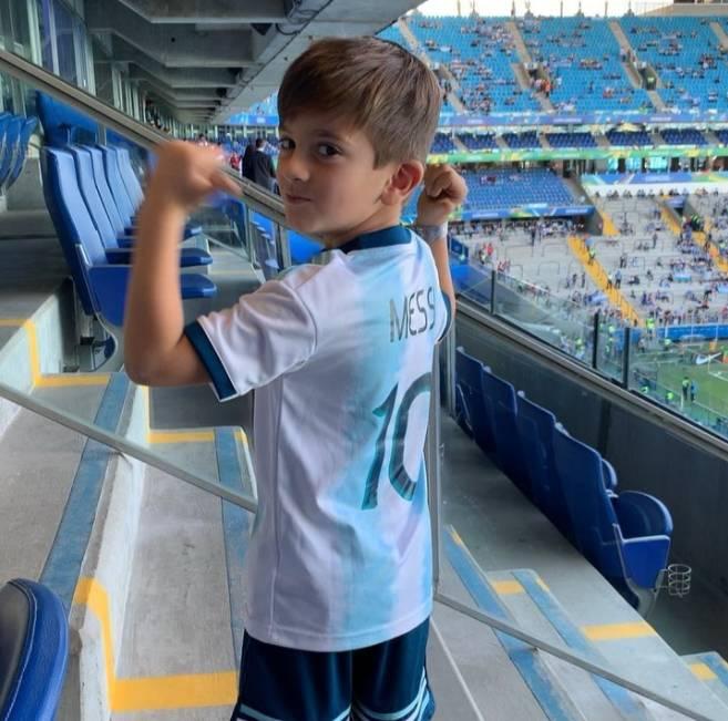 阿根廷晋级1/4决赛,蒂亚戈手指老爸梅西名字庆祝