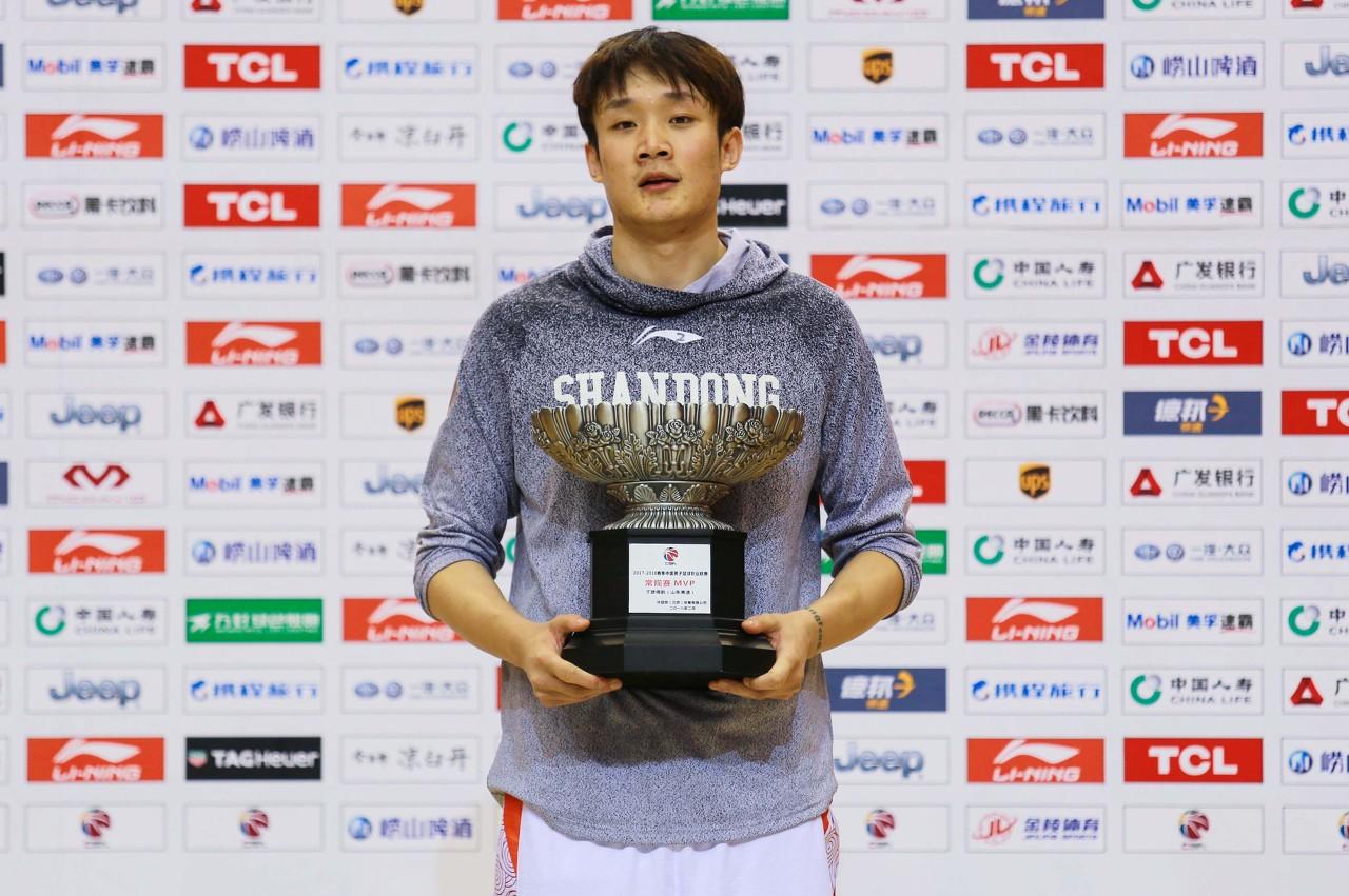 马健:小丁是国内为数不多的技术最全面、有篮球智商的小前锋图片