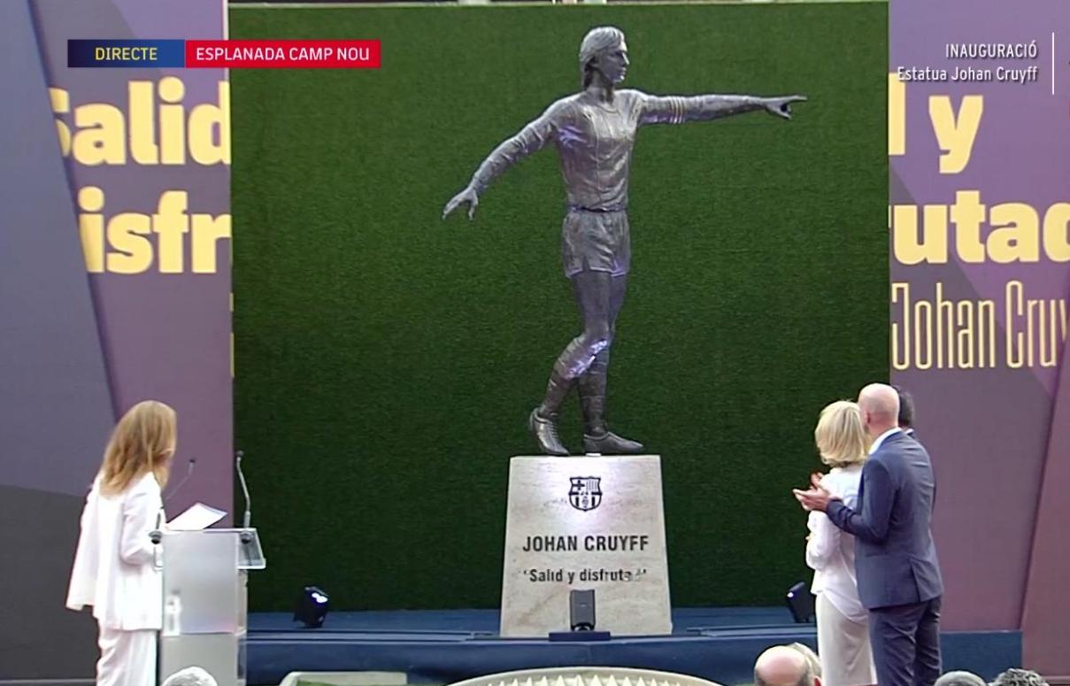 克鲁伊夫雕像在巴塞罗那揭幕,家人和众多巴萨名宿出席
