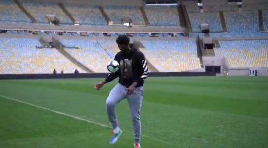 【影片】打幾分?Embiid拜訪馬拉卡納球場秀顛球技術