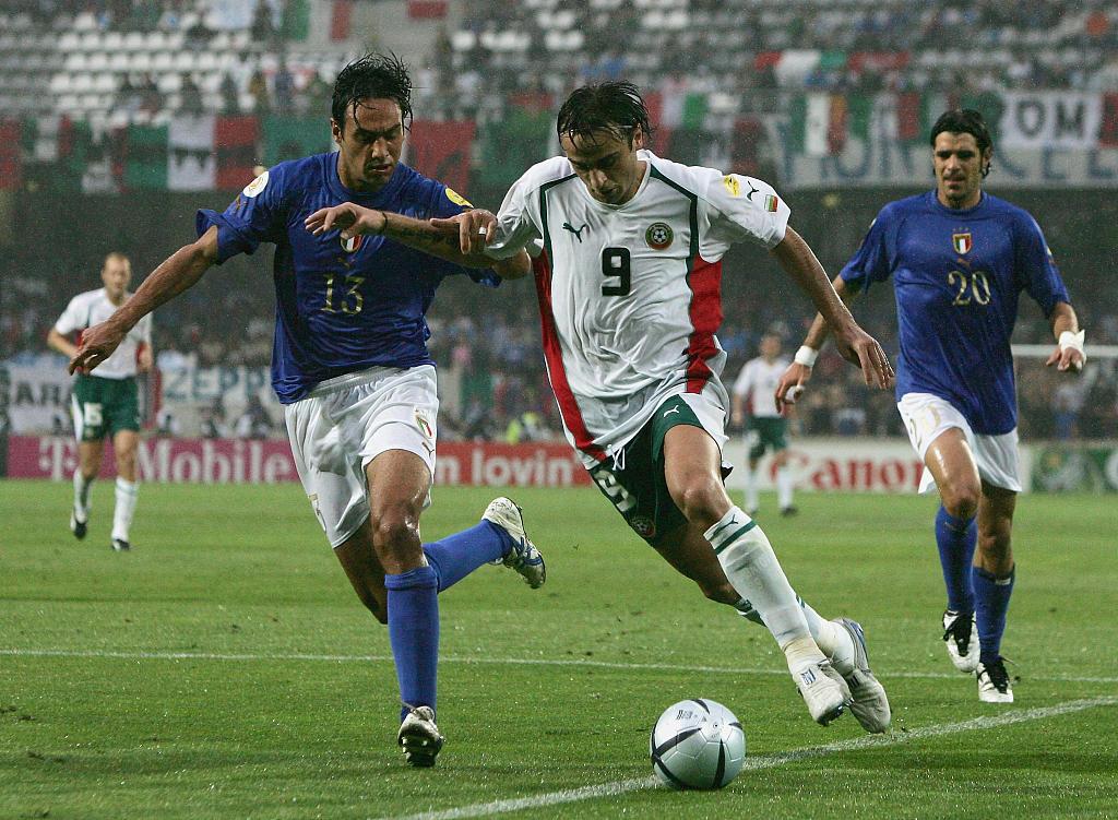 2004年欧洲杯保加利亚vs意大利,贝尔巴托夫曾创造点球,却无奈保加利亚最终1-2不敌意大利,双双出局