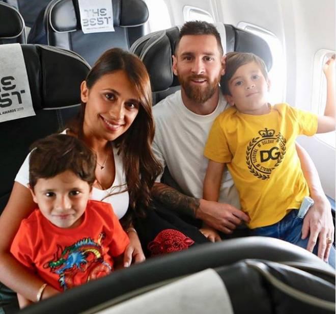 参加国际足联年度颁奖典礼,梅西晒一家人出发照
