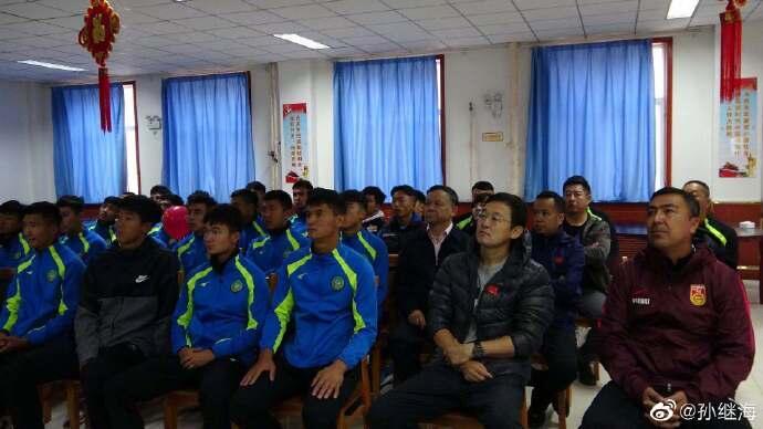 孙继海带小球员看阅兵直播:新疆足球一定能成为中国足球希望