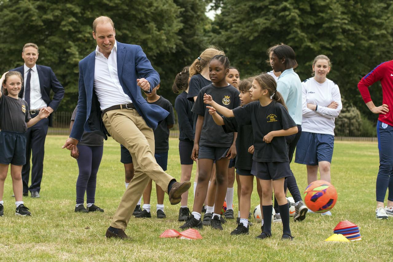英格兰爆冷输球,威廉王子送鼓励:周一继续前进!