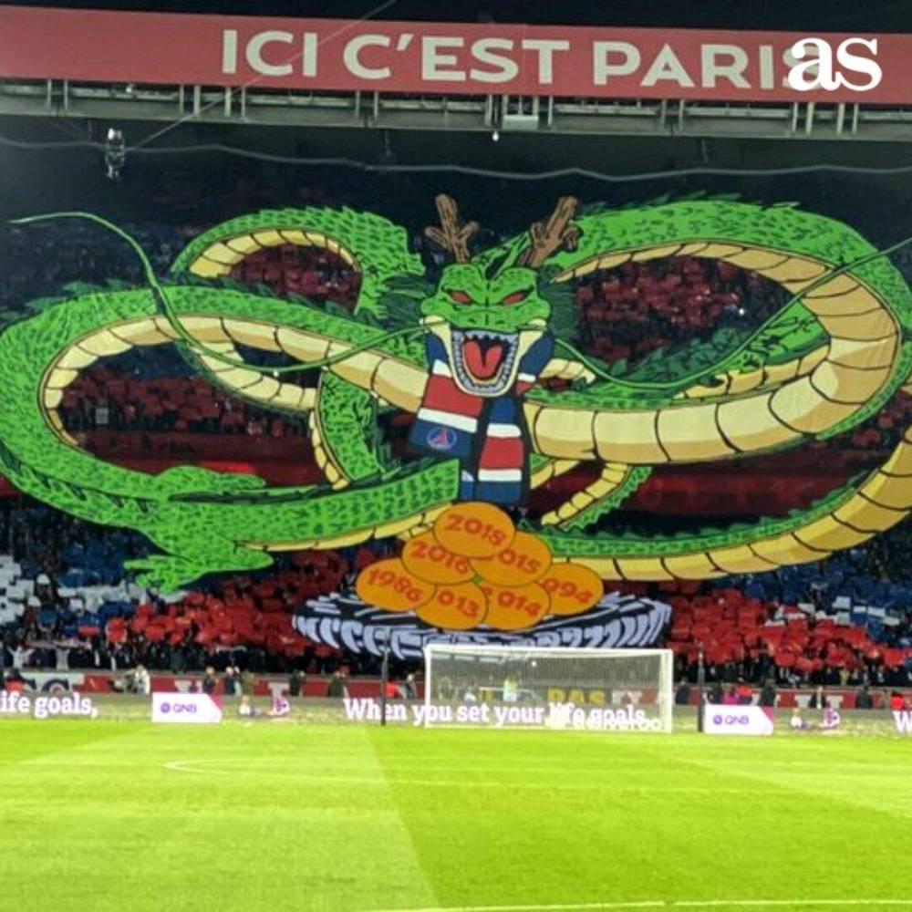 """想许什么愿?巴黎观众赛前打出巨型""""神龙""""TIFO"""