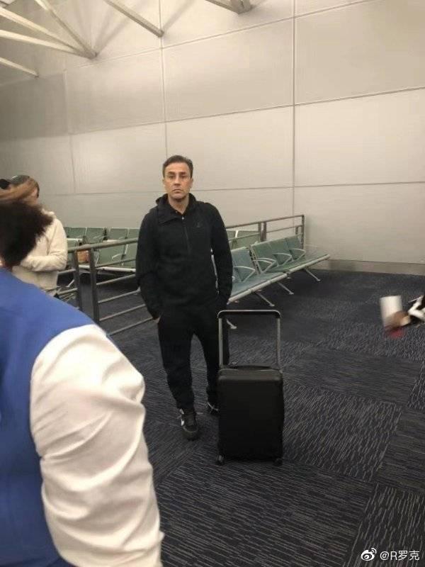 媒体人:出现在机场的卡纳瓦罗,不是说好要去上课学习的吗?
