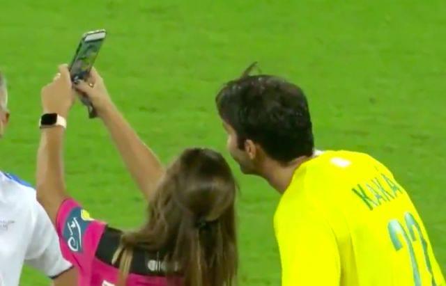永远的王子!女裁判向卡卡出示黄牌,随后掏出手机自拍