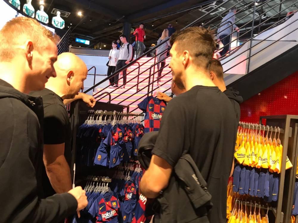 斯拉维亚全队参观诺坎普,主教练带儿子逛官方商店