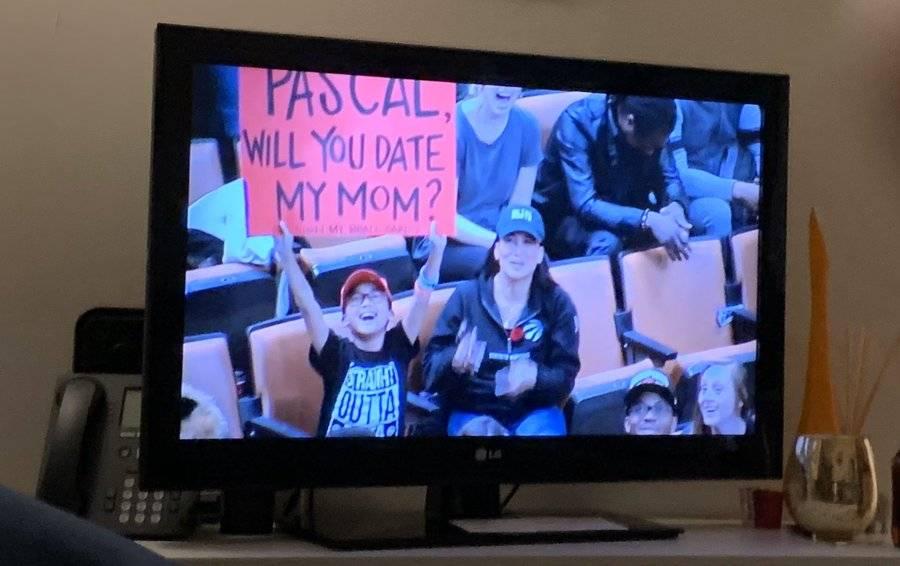 小球迷场边举牌:西亚卡姆 你愿意和我妈妈约会么?
