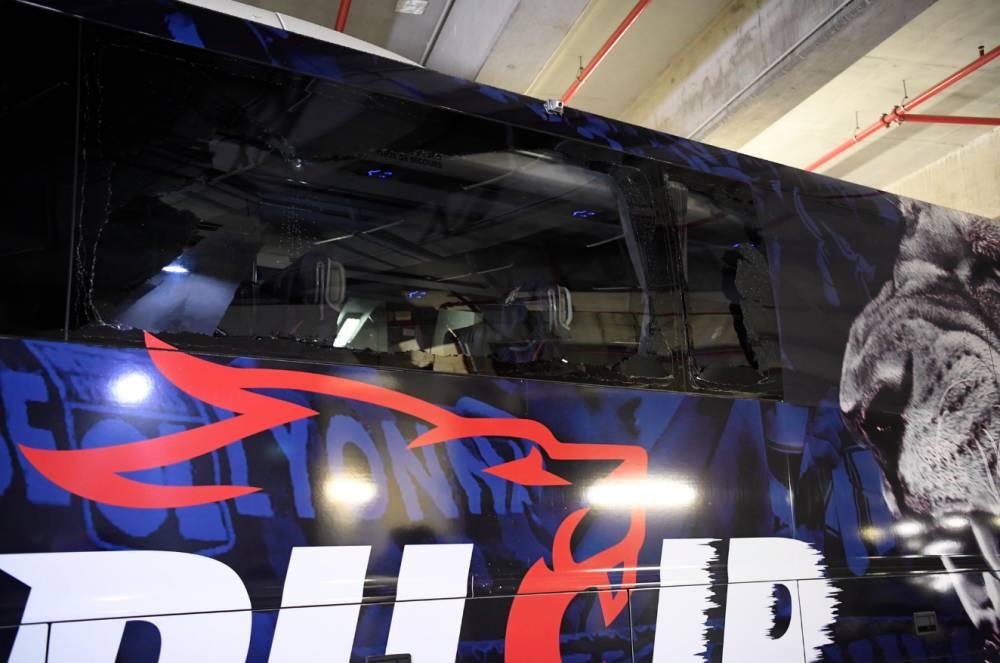 里昂作客马赛,去往体育场途中大巴车遭袭击车窗破碎