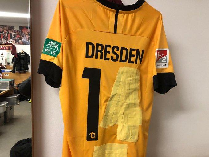 因球衣颜色与对方类似,德乙球队门将身着临时比赛服登场