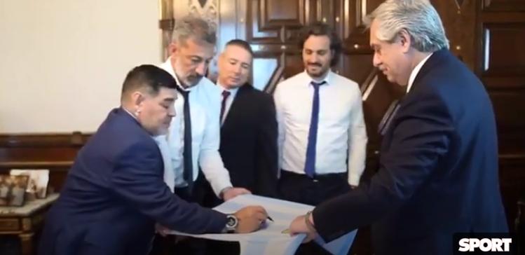 阿根廷新任总统接见马拉多纳,后者赠送特制球衣