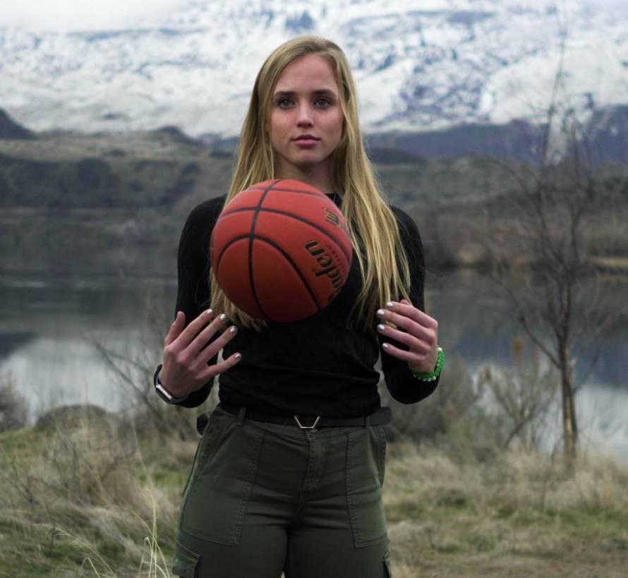 科比晒与篮球美少女海莉合影:迫不及待想看你下季表现
