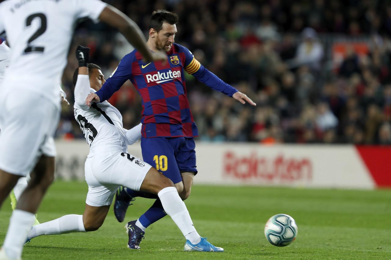 裁判专家:绊倒梅西的球员不应该吃第二张黄牌