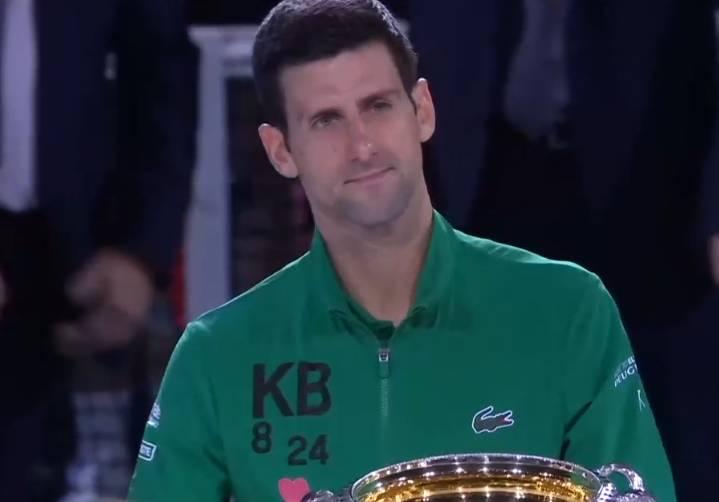 德约科维奇澳网夺冠后穿印有科比元素外套颁奖