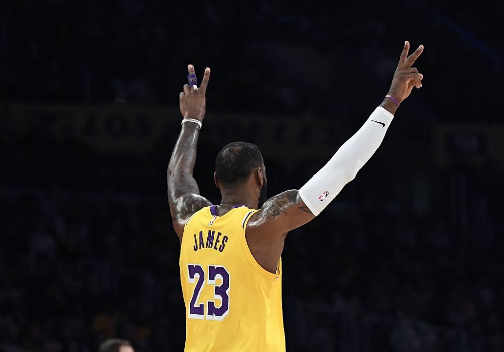 詹姆斯命中赛季第100记三分 用时47场生涯最快