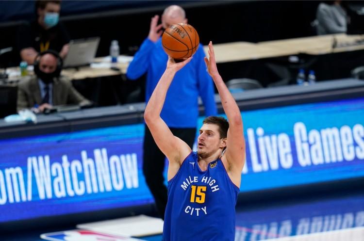 爵士主帅:约基奇打我们时是一个2.16米中锋 但投篮却像伯德图片