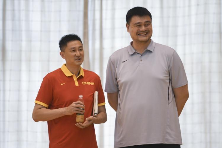 中国男篮集训队举行队内对抗赛 姚明现场督战与阿联交流
