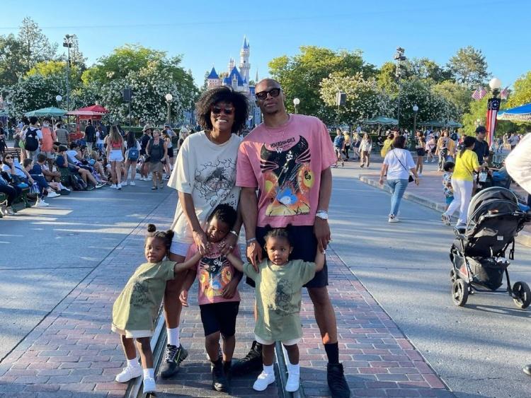 【蜗牛电竞】🎥享受假期!威少带全家人游玩迪士尼乐园