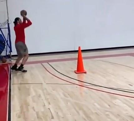 【蜗牛电竞】🎥扩展射程!鹈鹕中锋亚当斯训练时连续命中三分