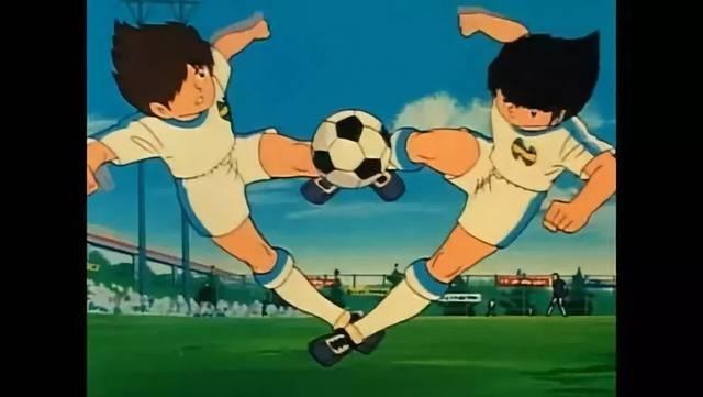 名古屋球员上演双人射门,重现足球小将经典动作