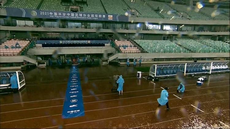 比赛还能顺利进行吗?国安vs河北赛前突降大雨