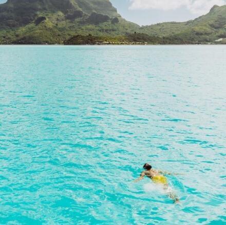 唐斯晒跳海照片:就像这样跳入周末