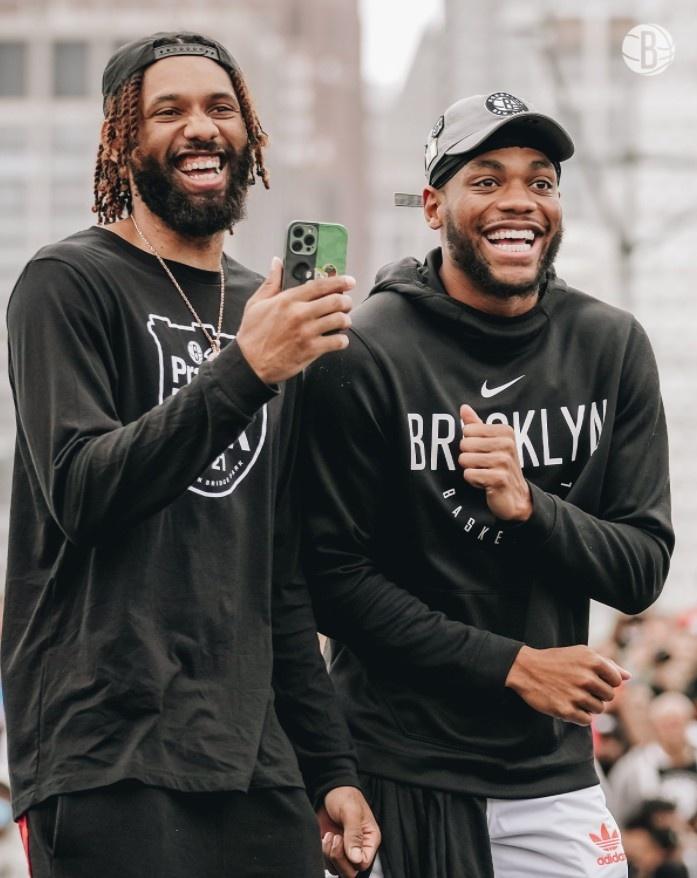 篮网官方晒球队室外训练组图:😃只是微笑😃
