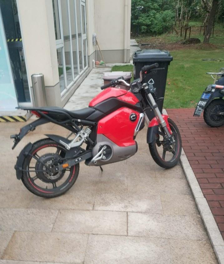 摩托车像个玩具!球迷晒周琦上海交大骑摩托上课趣图