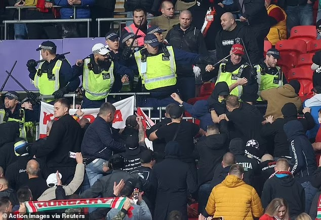 匈牙利球迷在温布利与英国警察发生了肢体冲突