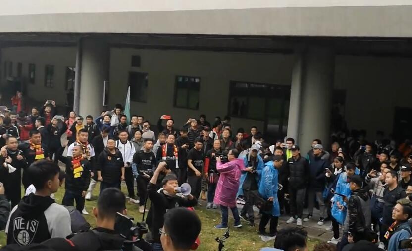 冲超关键战一触即发,贵州球迷抵达客场声势浩大
