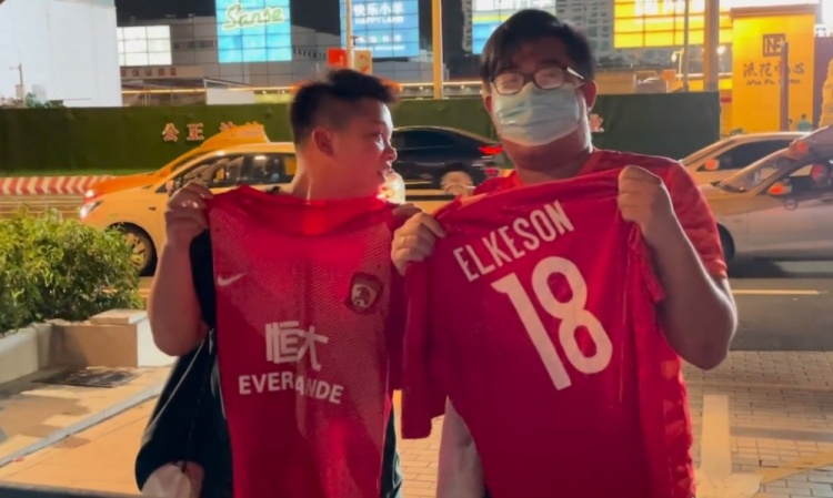 【蜗牛电竞】球迷在广州队驻地等候艾克森:生日快乐,希望他为国足进更多球
