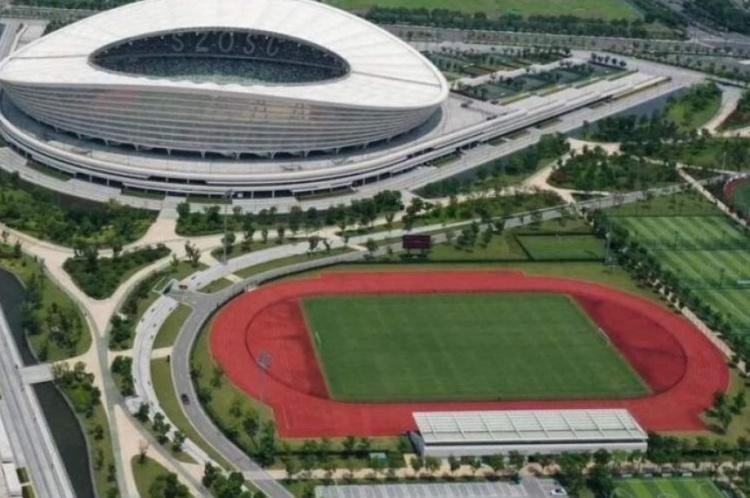 沪媒:苏州奥体中心外场搭建简易房,以作为球员休息室