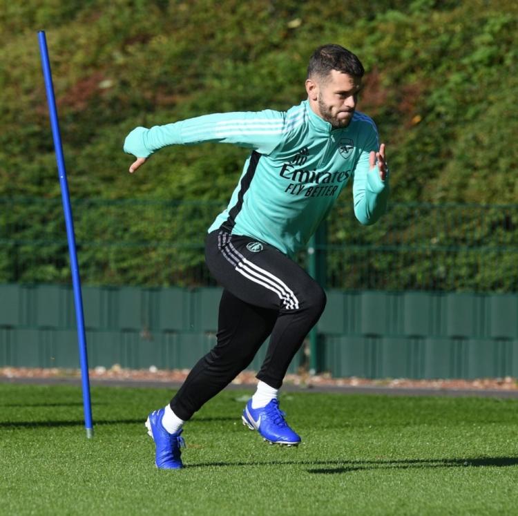 阿森纳官方晒照:威尔希尔回到俱乐部进行训练
