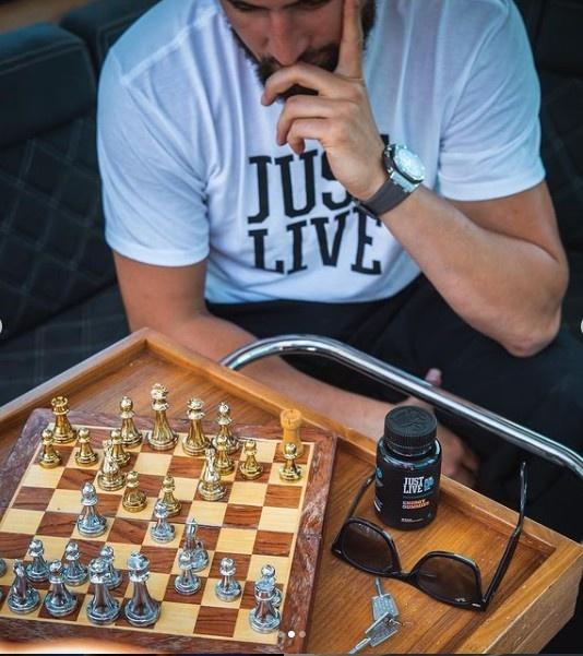 汤神的快乐星期天!克莱INS晒出海钓鱼和下国际象棋照片