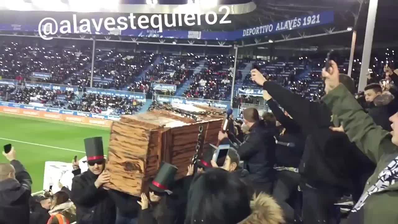 抗议西甲联盟!阿拉维斯球迷抬棺材观赛