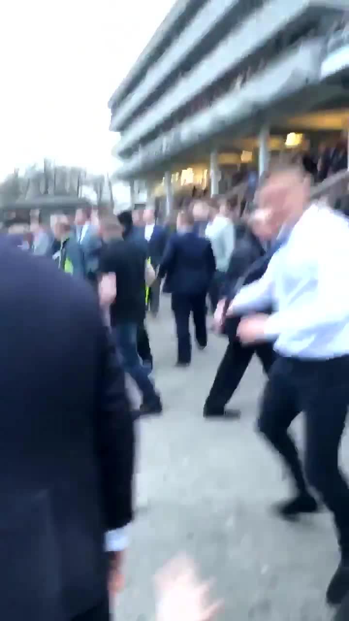 挥拳PK!英格兰球迷场外斗殴