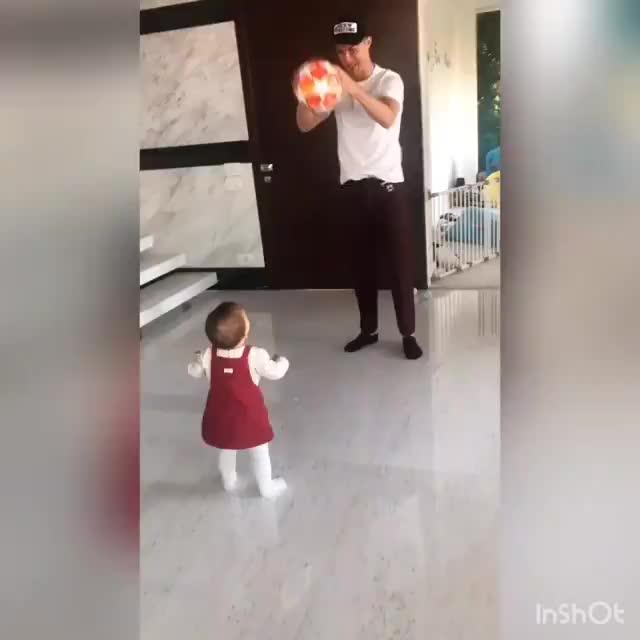 萌萌哒!C罗将欧冠戴帽用球送给女儿
