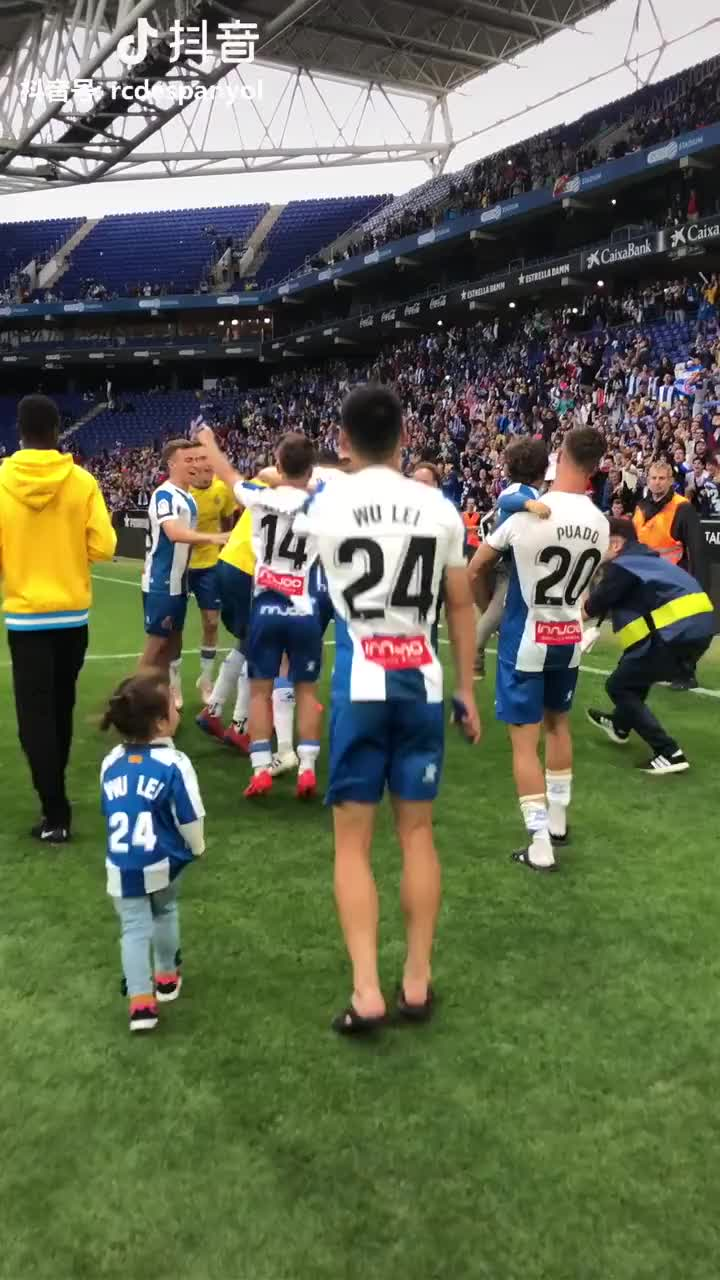 抱起来!武磊与女儿分享球队获胜喜悦