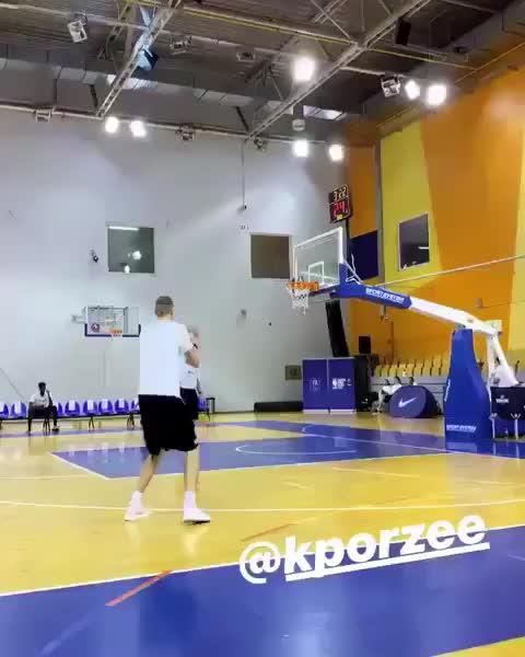 等着你复出呢!波津球馆练习左手投篮
