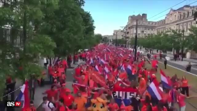 欢乐!荷兰女足获胜,球迷街头狂欢