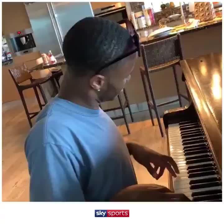 多才多艺美少年!斯特林动情钢琴演奏