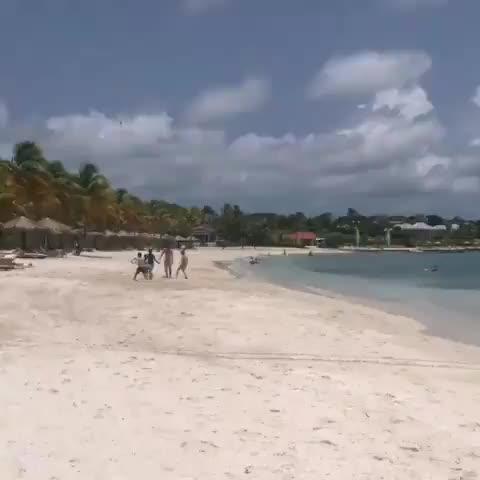 享受假期!梅西和孩子们在海边沙滩踢球